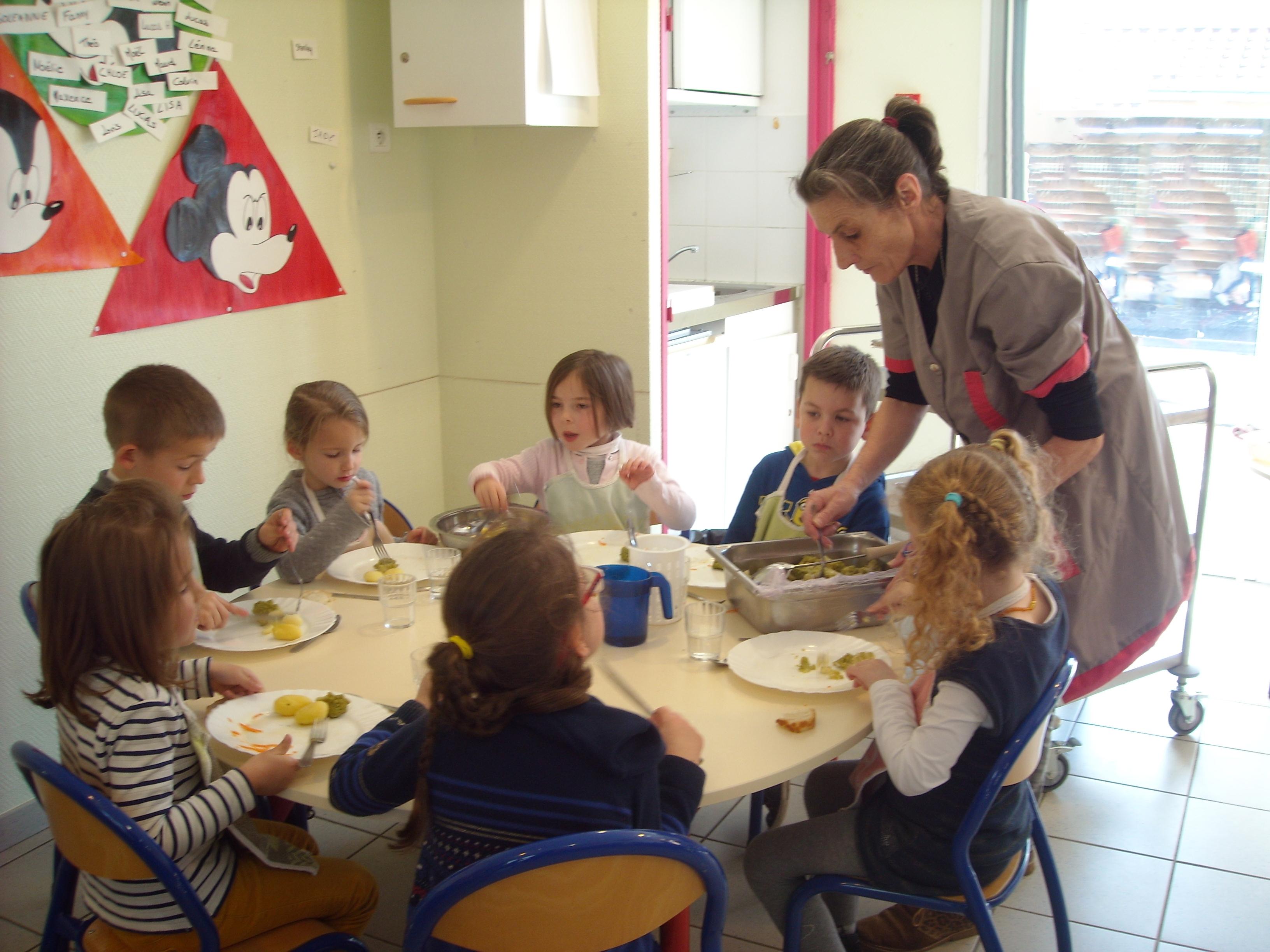 Michèle au restaurant scolaire